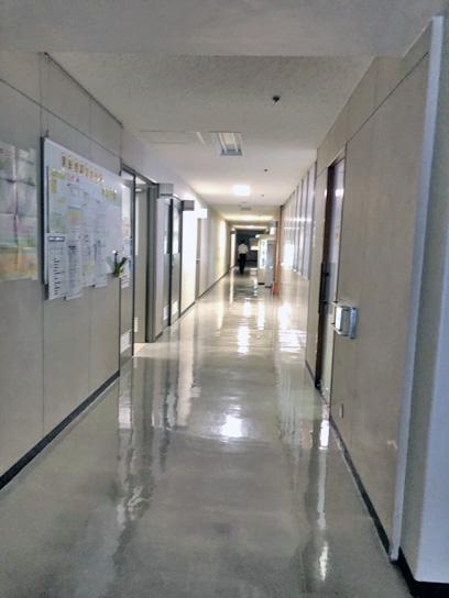 190827中央区職員食堂廊下奥の入口.jpg