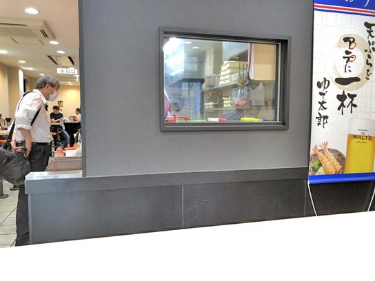 200626太郎淡路町厨房方向.jpg