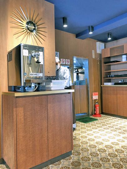 210416クラウンカツエース厨房方面.jpg