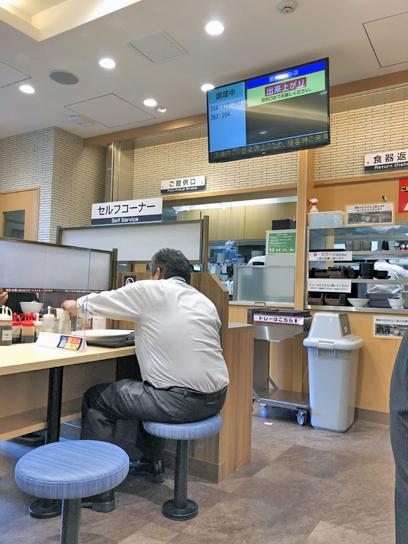 210521マイカリー食堂豊洲ロースカツカレー待ち.jpg